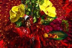 En ung flicka visar den rika floran och faunorna i Trinidad och Tobago Arkivbild