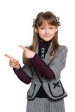 Ung flicka visar henne att fingra till sidan Arkivbild