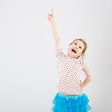 En ung flicka visar hennes finger till sidan Arkivfoton