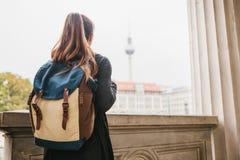 En ung flickahandelsresande eller en turist eller en student med en ryggsäck reser till Berdlin i Tyskland royaltyfria foton