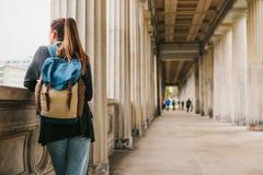 En ung flickahandelsresande eller en turist eller en student med en ryggsäck reser till Berdlin i Tyskland arkivbilder