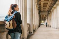 En ung flickahandelsresande eller en turist eller en student med en ryggsäck reser till Berdlin i Tyskland fotografering för bildbyråer