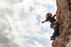 En ung flickaklättrare klättrar höjdpunkt upp klippan i Geyikbayiri Tur Royaltyfri Foto
