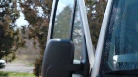 En ung flickaläkare, sitter i taxin av ambulansen, det skulle vara akut att komma till patienten arkivfilmer