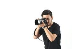 En ung fotograf som är upptagen på arbete Royaltyfria Bilder