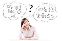 En ung härlig affärskvinna i ett dilemma. Arkivfoton