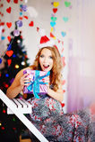 En ung härlig flicka i ett lock för ` s för nytt år, en framtida moderdre Arkivfoto