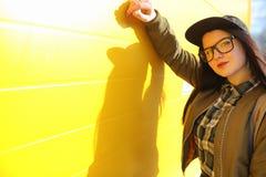En ung hipsterflicka rider en skateboard Flickaflickvänner f Fotografering för Bildbyråer
