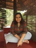 En ung indisk kvinna som poserar med korsade ben Royaltyfria Bilder