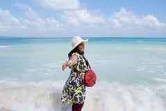 En ung indisk kvinna som tycker om i haven av den Radhanagar stranden, Havelock ö Royaltyfri Foto