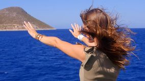 En ung kvinna beundrar havet från däcket av ett skepp lager videofilmer