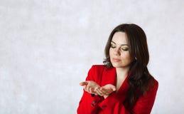 En ung kvinna föreställer att hon har något i henne händer Royaltyfri Fotografi