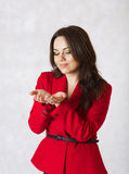 En ung kvinna föreställer att hon har något i henne händer Arkivfoton