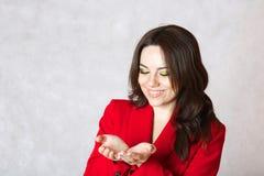 En ung kvinna föreställer att hon har något i henne händer Fotografering för Bildbyråer
