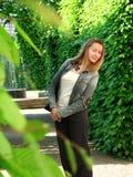 En ung kvinna går i en park Arkivfoto
