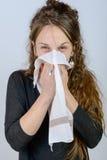 En ung kvinna har en förkylning Royaltyfria Foton