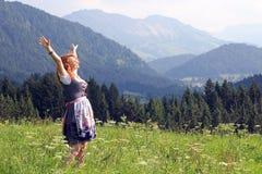 En ung kvinna i dirndlen Arkivfoton