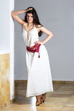 En ung kvinna i en lång vitklänning Royaltyfri Foto