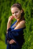 En ung kvinna i en sommar parkerar Royaltyfri Bild