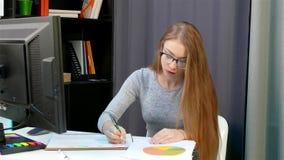 En ung kvinna i inrikesdepartementet förbereder redovisningsdokument arkivfilmer