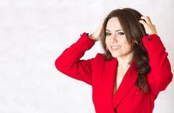 En ung kvinna kliar hennes huvud Fotografering för Bildbyråer
