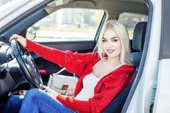 En ung kvinna lär att köra en bil Begreppstur, livsstil, dr fotografering för bildbyråer