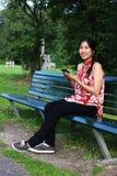 En ung kvinna med en ereader Arkivbild