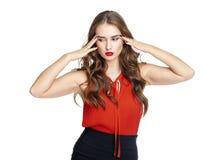 En ung kvinna med ett hållande huvud för huvudvärk som isoleras på vita lodisar fotografering för bildbyråer
