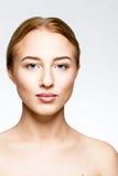 En ung kvinna med naturligt smink Arkivbild