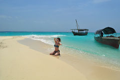 En ung kvinna på en vit sandig strand av Indiska oceanen Arkivbilder
