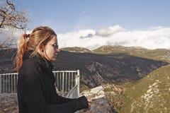 En ung kvinna ser SAD på bergskedjan Royaltyfri Bild