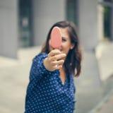 En ung kvinna som äter glass arkivbilder