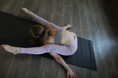 En ung kvinna som öva Ashtanga yoga arkivfoton