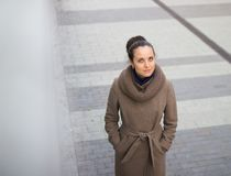 En ung kvinna som ser kameran Fotografering för Bildbyråer