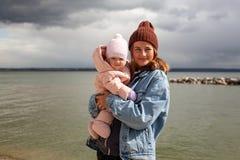 En ung kvinnlig moder arkivbilder
