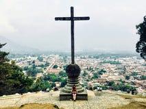 En ung kvinnlig turist- beundra Antigua, Guatemala från den cerro de la Cruz utkiken arkivfoto