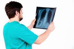 En ung läkareradiolog undersöker bilden, de vita lodisarna Arkivbild