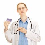 En ung läkarundersökning manipulerar med en kreditkort Arkivfoto
