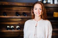 En ung lyckad kvinnavinproducent Royaltyfri Bild