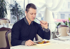 En ung man äter middag Arkivbild