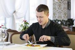 En ung man äter middag Fotografering för Bildbyråer