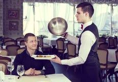 En ung man äter middag Royaltyfria Foton