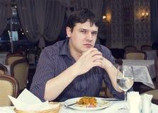 En ung man äter middag Arkivbilder