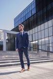 En ung man, dräktband, modern formell kläder som bygger architec Arkivbilder
