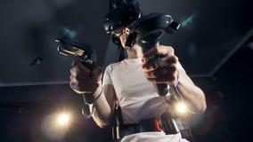 En ung man får skrämd, medan spela med virtuell verklighet arkivfilmer