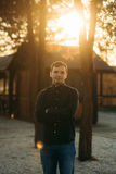 En ung man i en parkera i ett mörker - blå skjorta Vår Arkivbilder