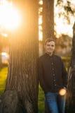 En ung man i en parkera i ett mörker - blå skjorta Vår Royaltyfria Foton