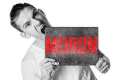 En ung man i en T-tröja med ett baner för din text eller somethin Royaltyfri Fotografi