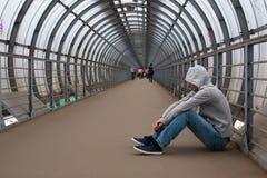 En ung man i en hoodiehöft-flygtur fotografering för bildbyråer