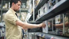 En ung man kontrollerar elektriska mikrovågugnar för att värma mat för matställe eller matställe upp lager videofilmer